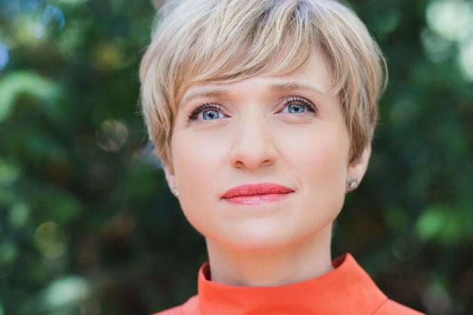 Amerikanisch-Deutsche Moderatorin